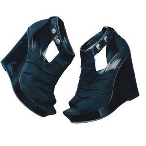 BEBE • PH8 Tessa Wedges in Black